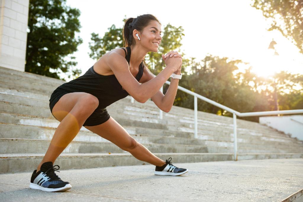 FOTOGRAFÍA: Runner realizando estiramientos ante la práctica deportiva. Foto: Robotdean.