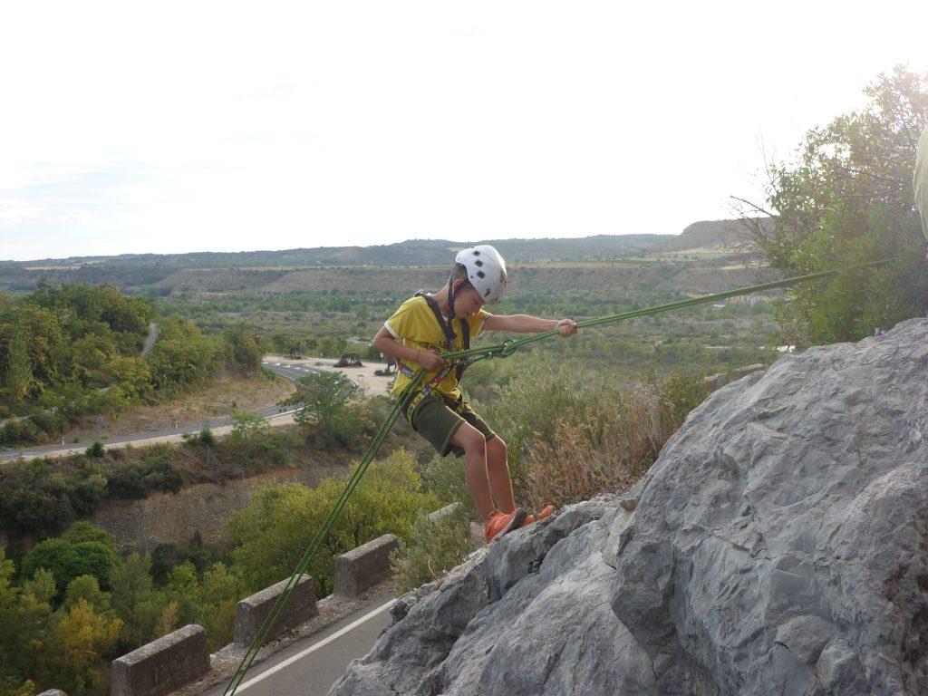 Niño realizando actividades de aventura